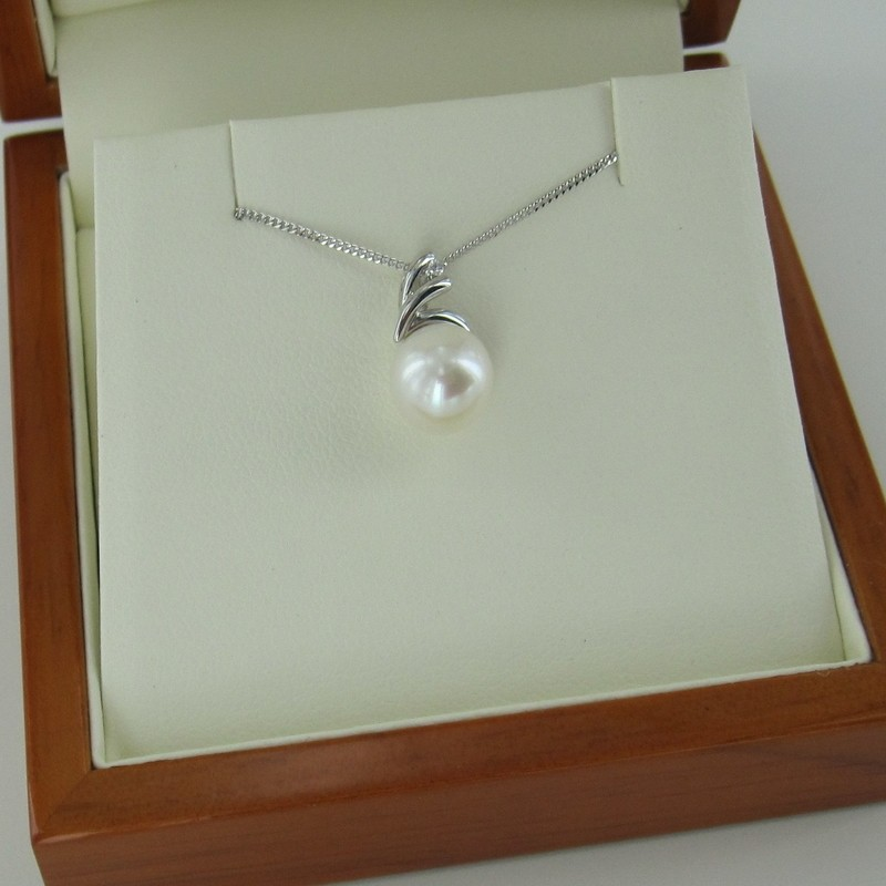 Freshwater Pearl & Diamond Pendant Necklace 8-8.5mm 9K White Gold